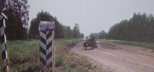 верстовые столбы на дороге