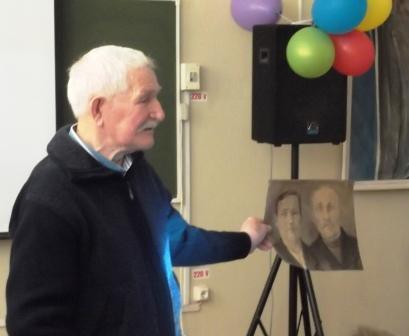 Виталий Иванович показывает рисунок Павла Федоровича - его родители