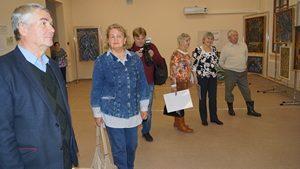 Гости знакомятся с картинами художника
